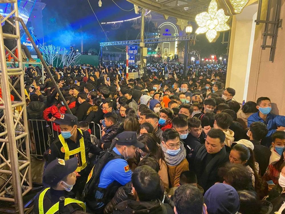 Cảnh sát căng mình chặn đám đông xô đẩy trong tiệc âm nhạc Countdown chào năm mới 2021 Ảnh 12