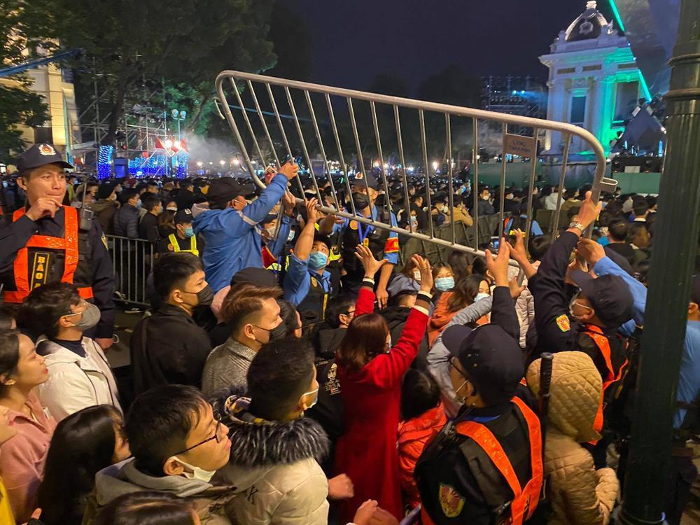 Cảnh sát căng mình chặn đám đông xô đẩy trong tiệc âm nhạc Countdown chào năm mới 2021 Ảnh 10