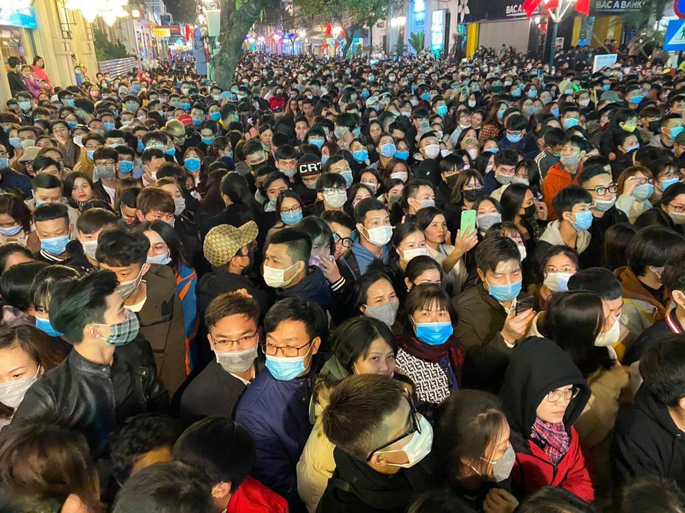 Cảnh sát căng mình chặn đám đông xô đẩy trong tiệc âm nhạc Countdown chào năm mới 2021 Ảnh 8