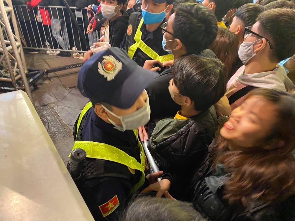Cảnh sát căng mình chặn đám đông xô đẩy trong tiệc âm nhạc Countdown chào năm mới 2021 Ảnh 6