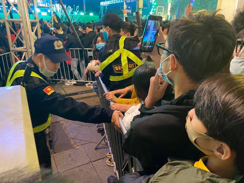Cảnh sát căng mình chặn đám đông xô đẩy trong tiệc âm nhạc Countdown chào năm mới 2021 Ảnh 5