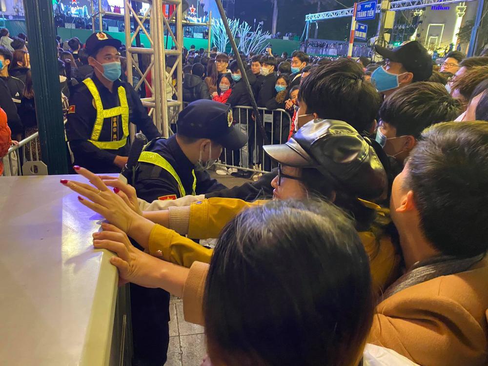 Cảnh sát căng mình chặn đám đông xô đẩy trong tiệc âm nhạc Countdown chào năm mới 2021 Ảnh 4