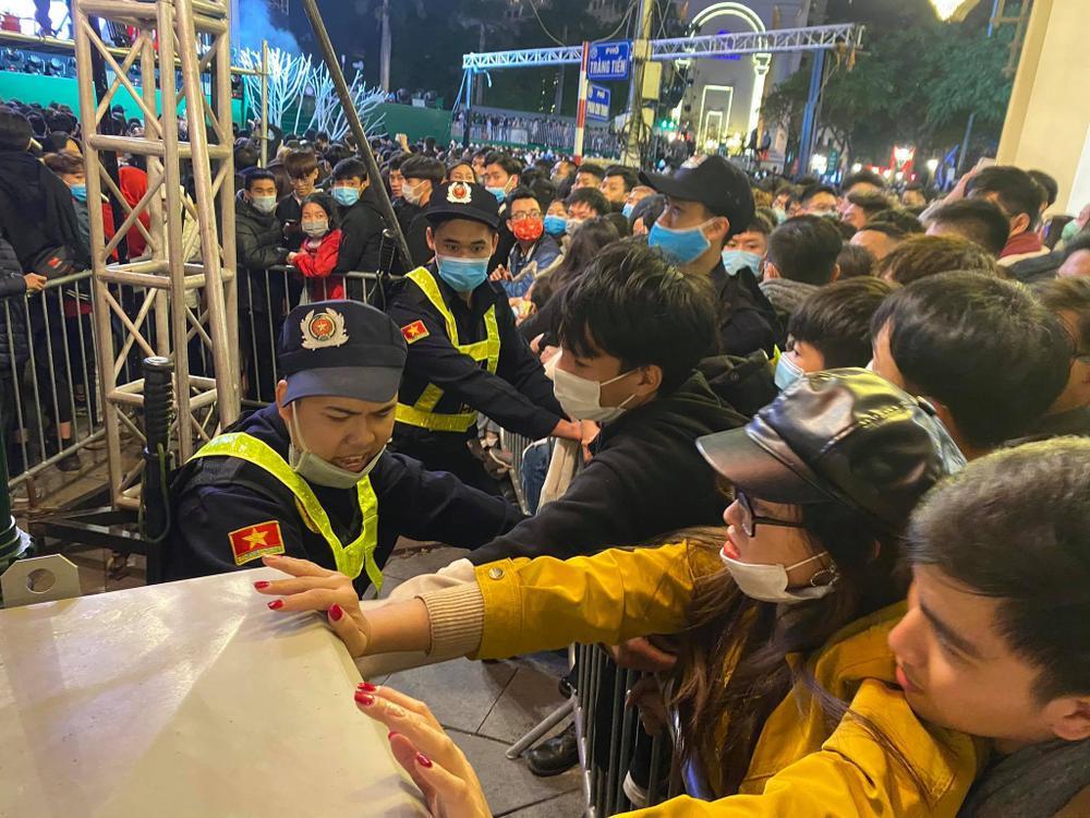 Cảnh sát căng mình chặn đám đông xô đẩy trong tiệc âm nhạc Countdown chào năm mới 2021 Ảnh 3