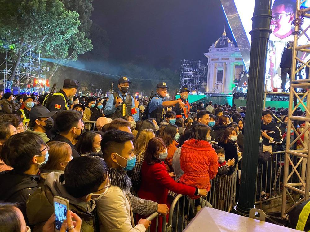 Cảnh sát căng mình chặn đám đông xô đẩy trong tiệc âm nhạc Countdown chào năm mới 2021 Ảnh 2