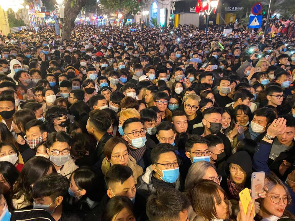 Cảnh sát căng mình chặn đám đông xô đẩy trong tiệc âm nhạc Countdown chào năm mới 2021 Ảnh 1