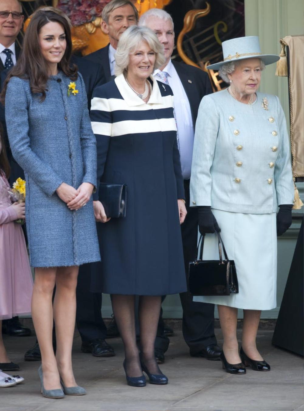 Kate Middleton học tập gu thời trang của Nữ hoàng Elizabeth II Ảnh 2