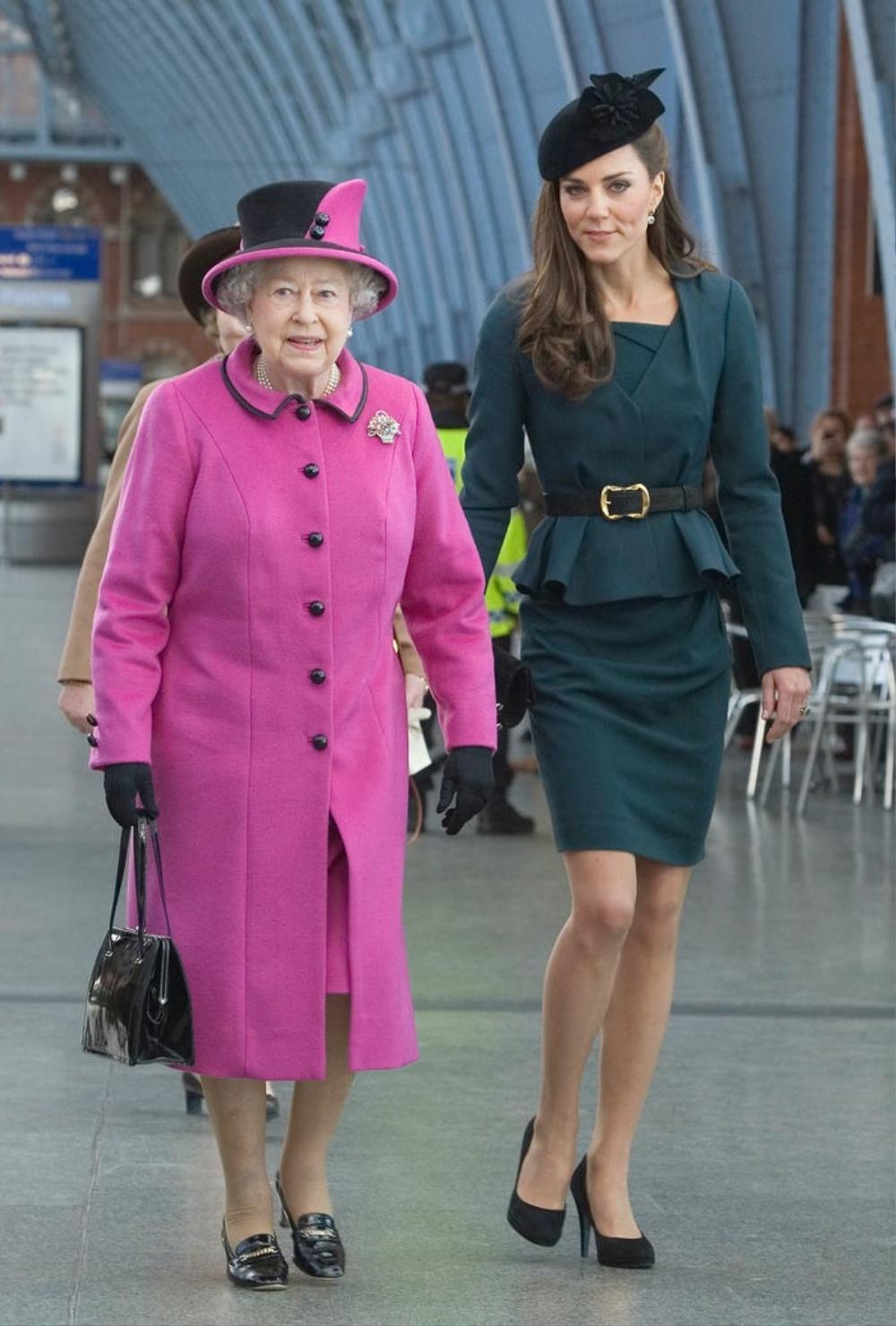 Kate Middleton học tập gu thời trang của Nữ hoàng Elizabeth II Ảnh 1