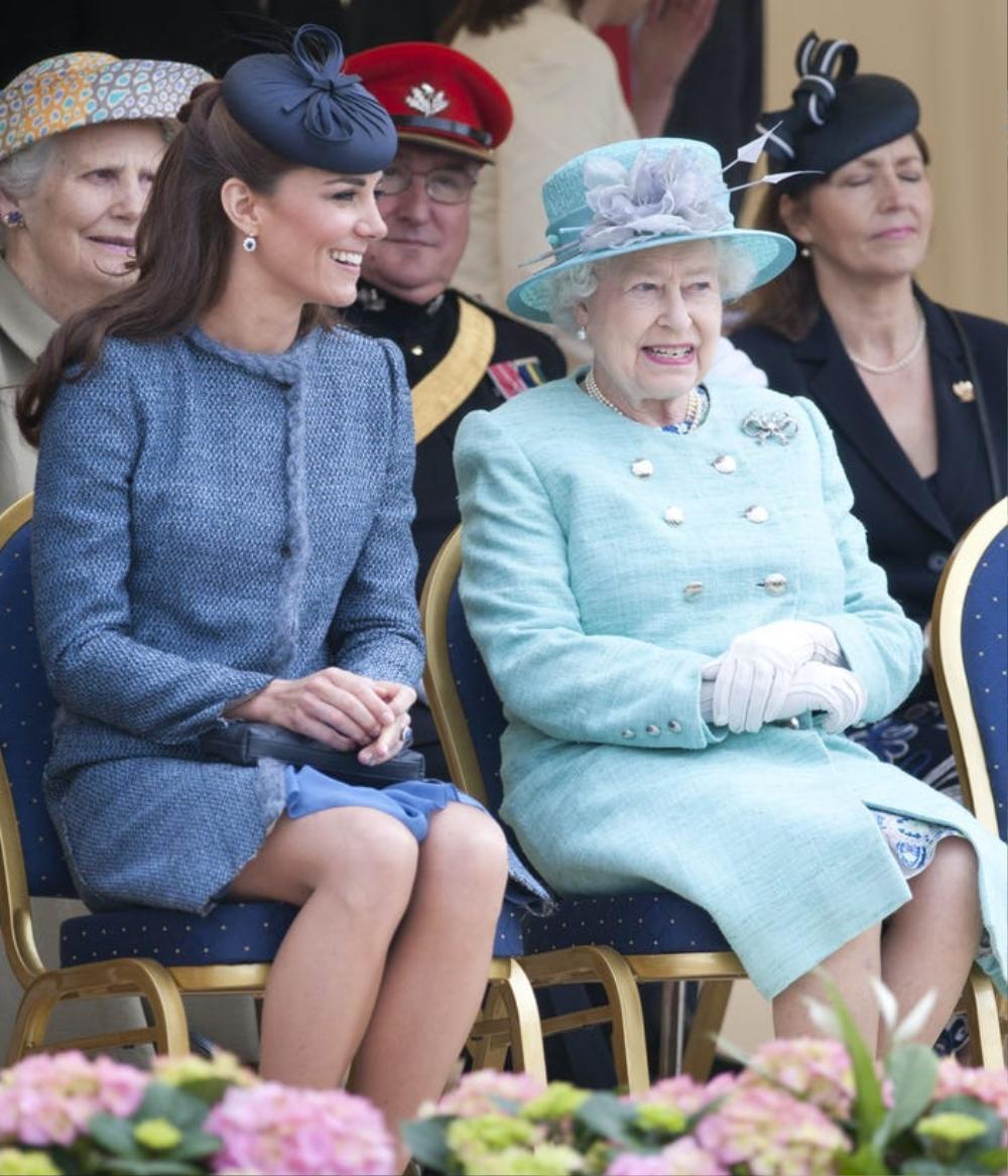 Kate Middleton học tập gu thời trang của Nữ hoàng Elizabeth II Ảnh 10
