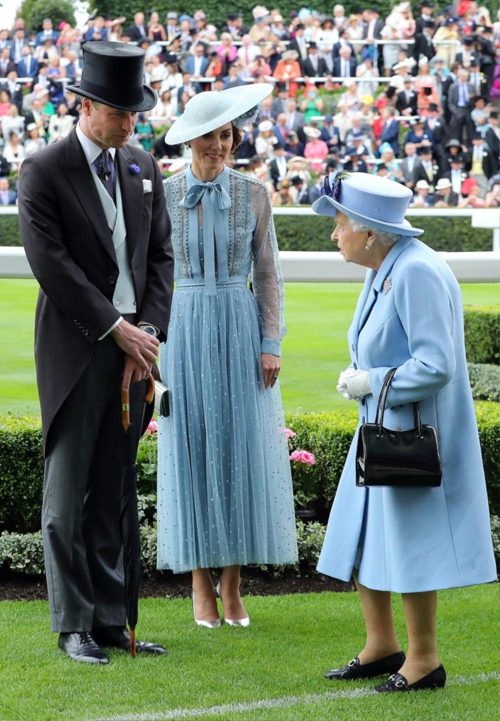Kate Middleton học tập gu thời trang của Nữ hoàng Elizabeth II Ảnh 6