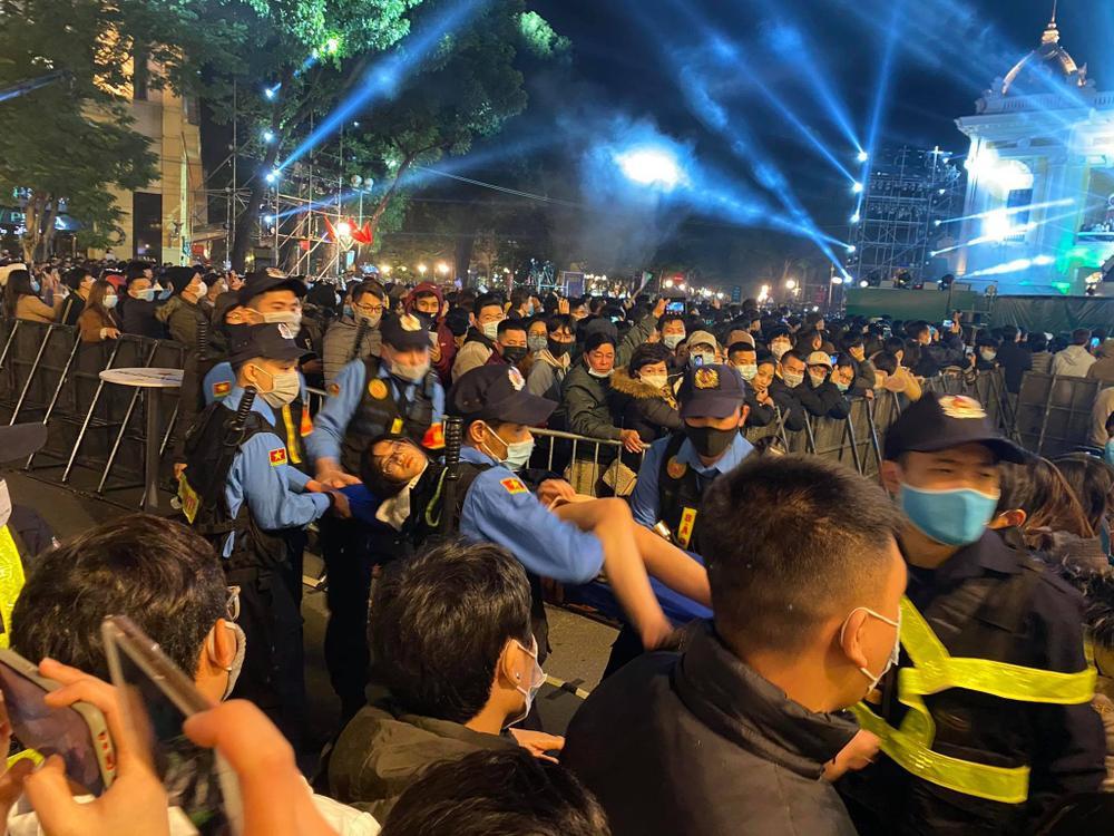 Clip: Chen lấn kinh hoàng, nhiều cô gái trẻ ngất xỉu giữa đám đông trước thời khắc đón năm mới 2021 Ảnh 9