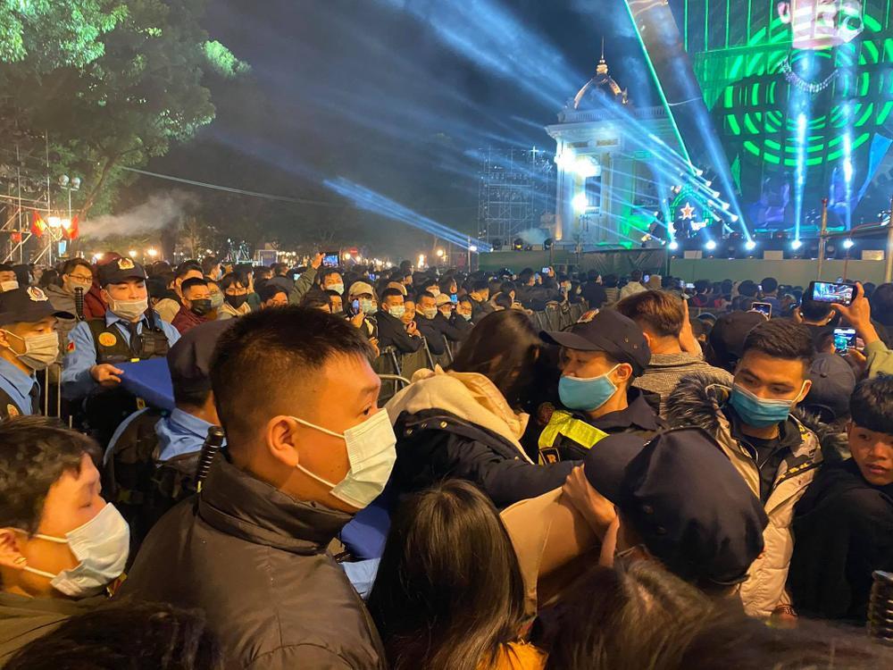 Clip: Chen lấn kinh hoàng, nhiều cô gái trẻ ngất xỉu giữa đám đông trước thời khắc đón năm mới 2021 Ảnh 8
