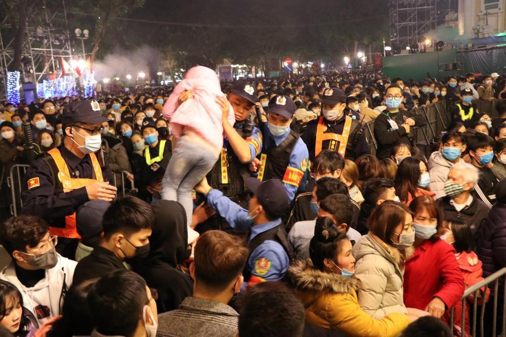 Clip: Chen lấn kinh hoàng, cô gái trẻ ngất xỉu giữa đám đông trước thời khắc đón năm mới 2021 Ảnh 10
