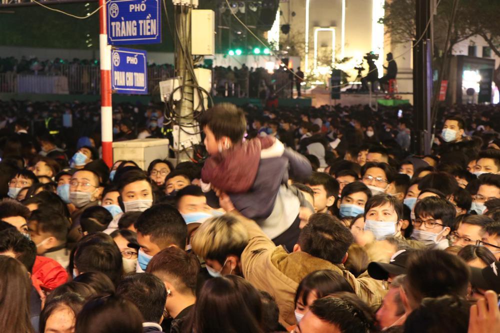 Clip: Chen lấn kinh hoàng, cô gái trẻ ngất xỉu giữa đám đông trước thời khắc đón năm mới 2021 Ảnh 9