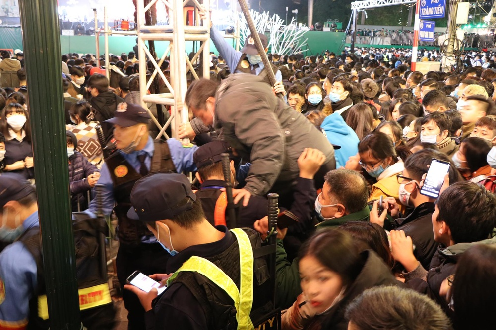 Clip: Chen lấn kinh hoàng, cô gái trẻ ngất xỉu giữa đám đông trước thời khắc đón năm mới 2021 Ảnh 8