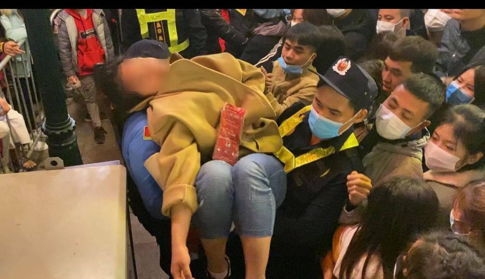 Clip: Chen lấn kinh hoàng, nhiều cô gái trẻ ngất xỉu giữa đám đông trước thời khắc đón năm mới 2021 Ảnh 6