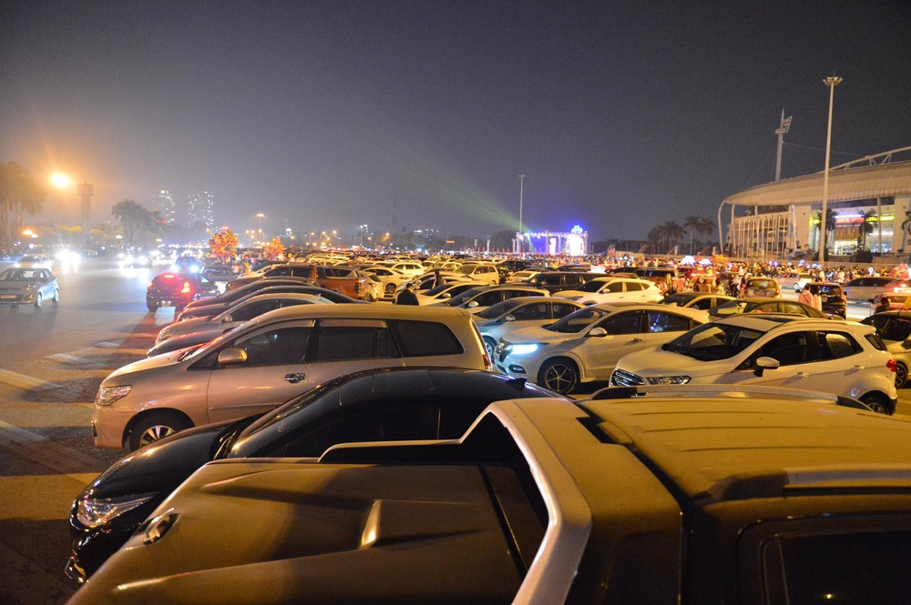 Ảnh: Người dân trải chiếu ăn uống, ngồi trên ô tô chờ xem pháo hoa mừng năm mới 2021 Ảnh 21