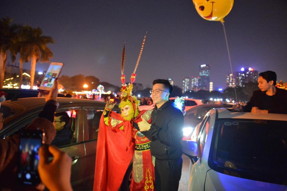 Ảnh: Người dân trải chiếu ăn uống, ngồi trên ô tô chờ xem pháo hoa mừng năm mới 2021 Ảnh 15