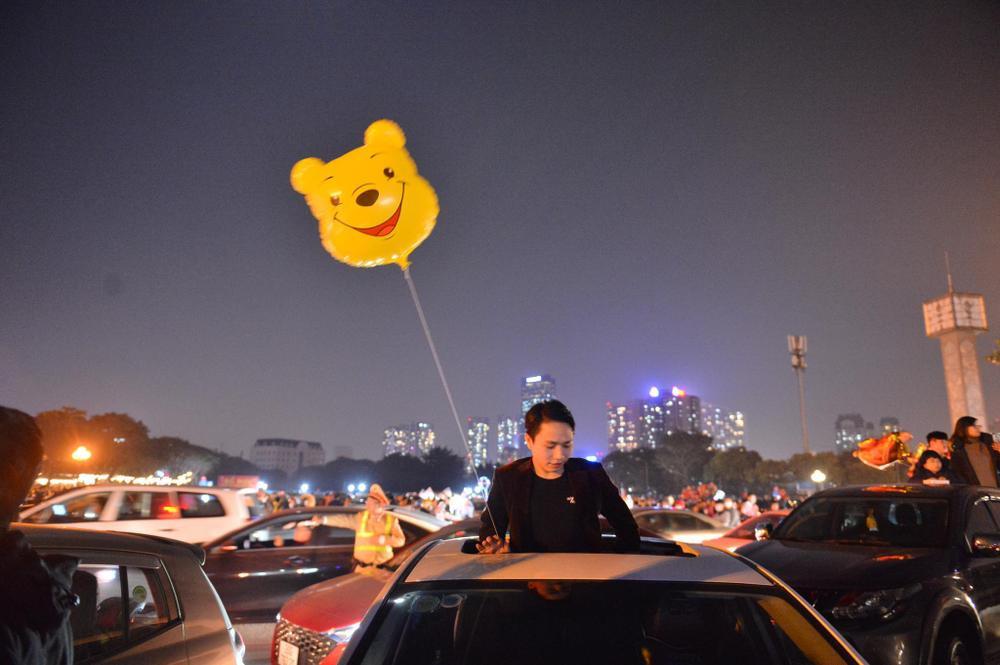 Ảnh: Người dân trải chiếu ăn uống, ngồi trên ô tô chờ xem pháo hoa mừng năm mới 2021 Ảnh 14