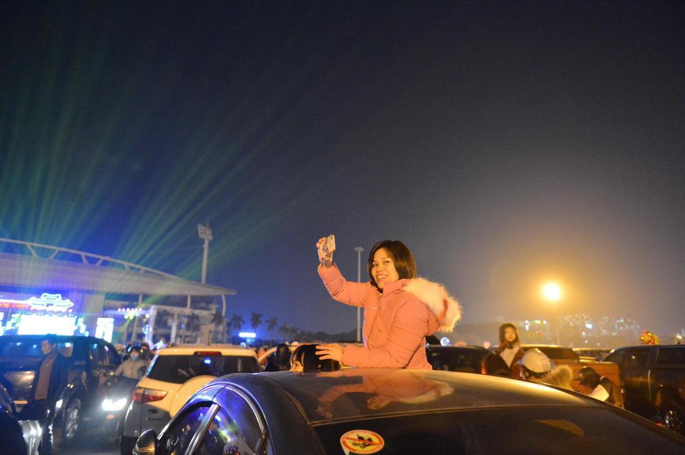 Ảnh: Người dân trải chiếu ăn uống, ngồi trên ô tô chờ xem pháo hoa mừng năm mới 2021 Ảnh 12