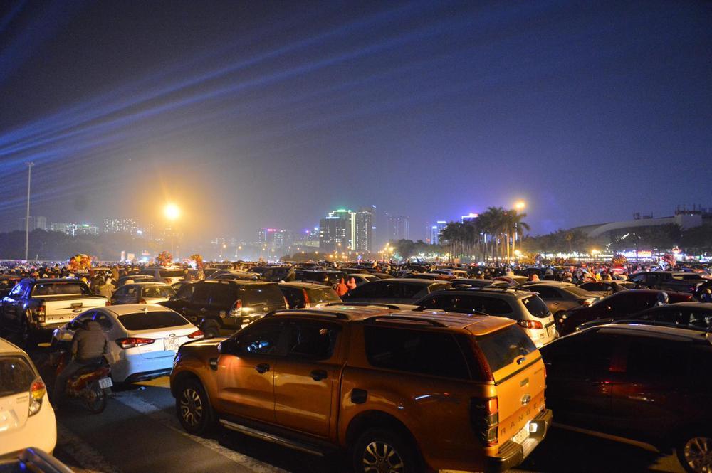Ảnh: Người dân trải chiếu ăn uống, ngồi trên ô tô chờ xem pháo hoa mừng năm mới 2021 Ảnh 11