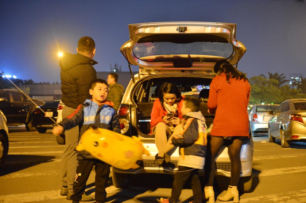 Ảnh: Người dân trải chiếu ăn uống, ngồi trên ô tô chờ xem pháo hoa mừng năm mới 2021 Ảnh 20