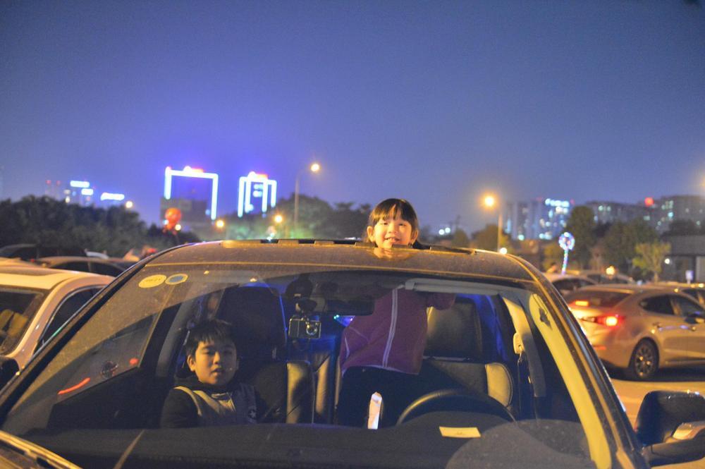 Ảnh: Người dân trải chiếu ăn uống, ngồi trên ô tô chờ xem pháo hoa mừng năm mới 2021 Ảnh 19