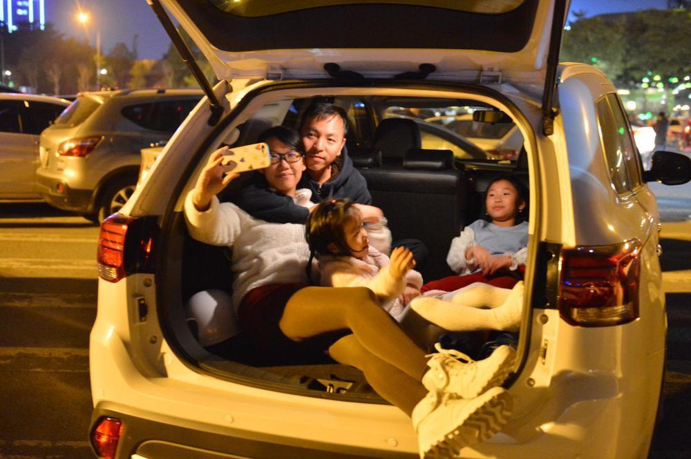 Ảnh: Người dân trải chiếu ăn uống, ngồi trên ô tô chờ xem pháo hoa mừng năm mới 2021 Ảnh 18