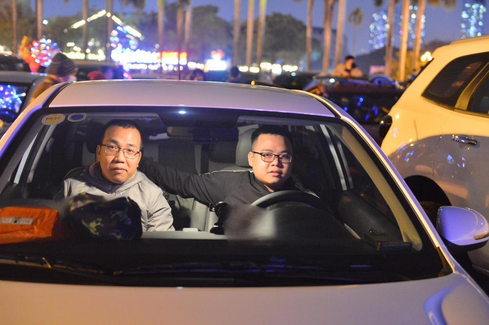 Ảnh: Người dân trải chiếu ăn uống, ngồi trên ô tô chờ xem pháo hoa mừng năm mới 2021 Ảnh 17