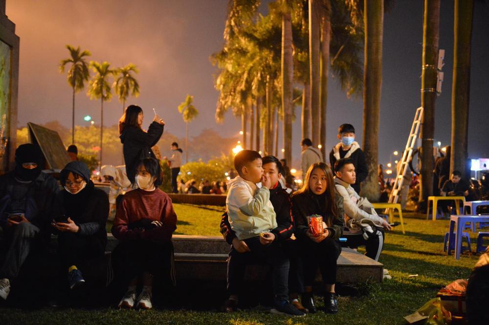 Ảnh: Người dân trải chiếu ăn uống, ngồi trên ô tô chờ xem pháo hoa mừng năm mới 2021 Ảnh 3