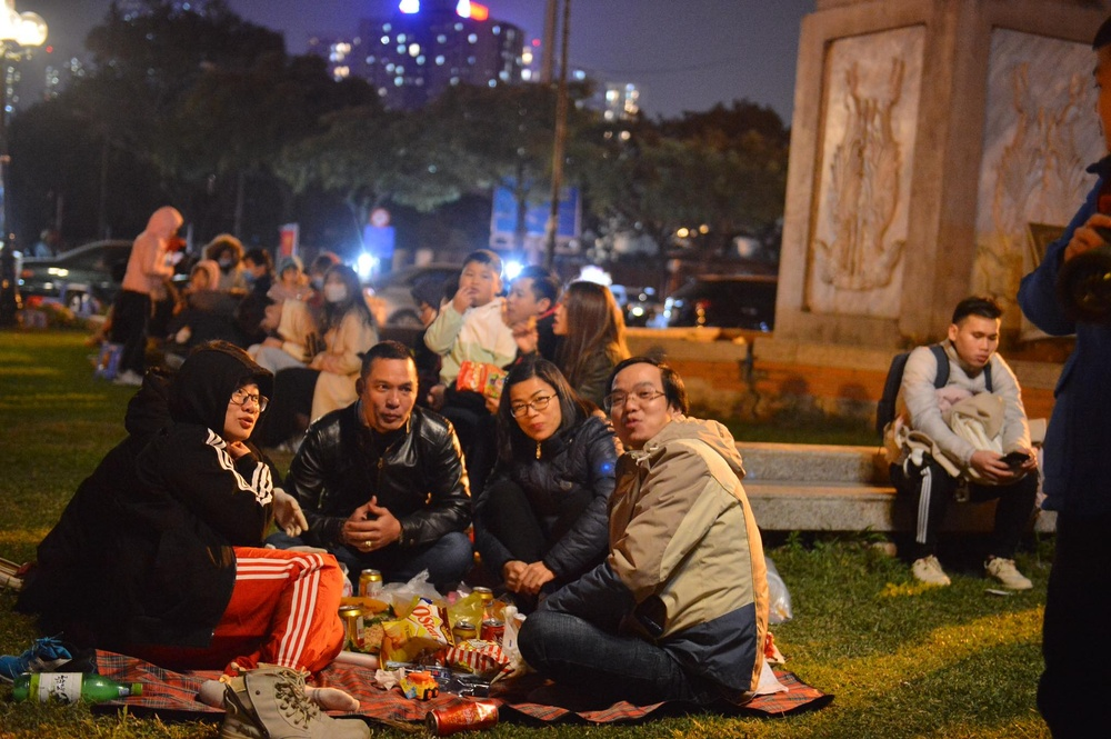 Ảnh: Người dân trải chiếu ăn uống, ngồi trên ô tô chờ xem pháo hoa mừng năm mới 2021 Ảnh 2