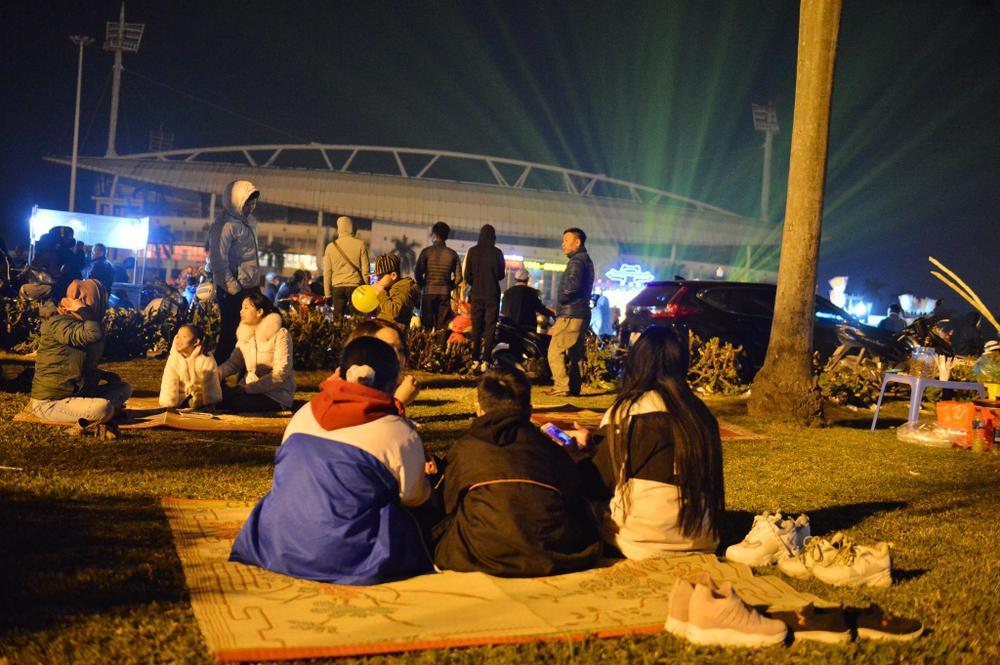 Ảnh: Người dân trải chiếu ăn uống, ngồi trên ô tô chờ xem pháo hoa mừng năm mới 2021 Ảnh 5