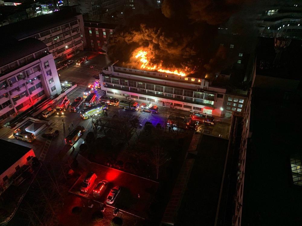 Trường Đại học Hàn Quốc cháy lớn ngay đêm Giao thừa 2021: Hơn 70 lính cứu hỏa đến dập lửa! Ảnh 4