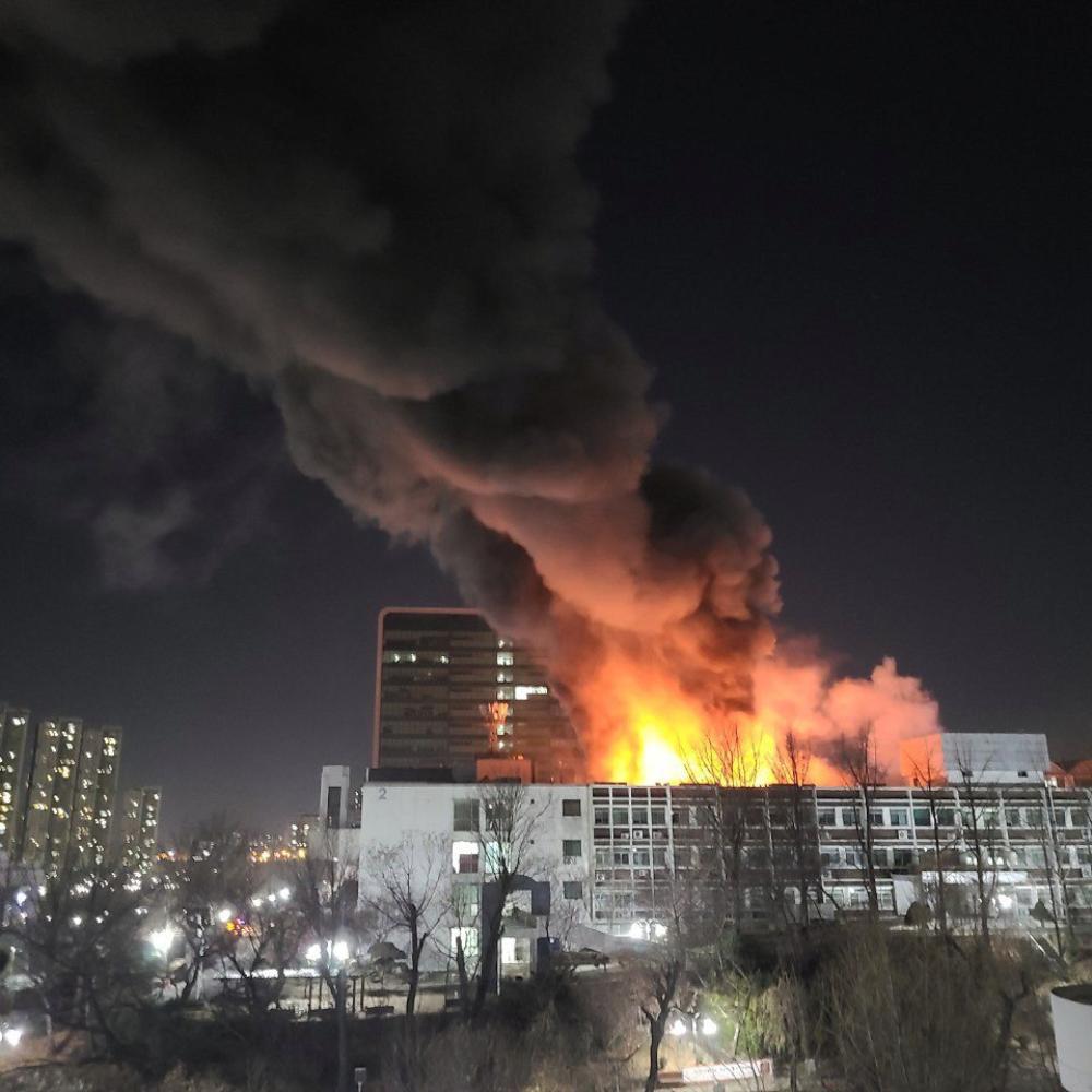 Trường Đại học Hàn Quốc cháy lớn ngay đêm Giao thừa 2021: Hơn 70 lính cứu hỏa đến dập lửa! Ảnh 6