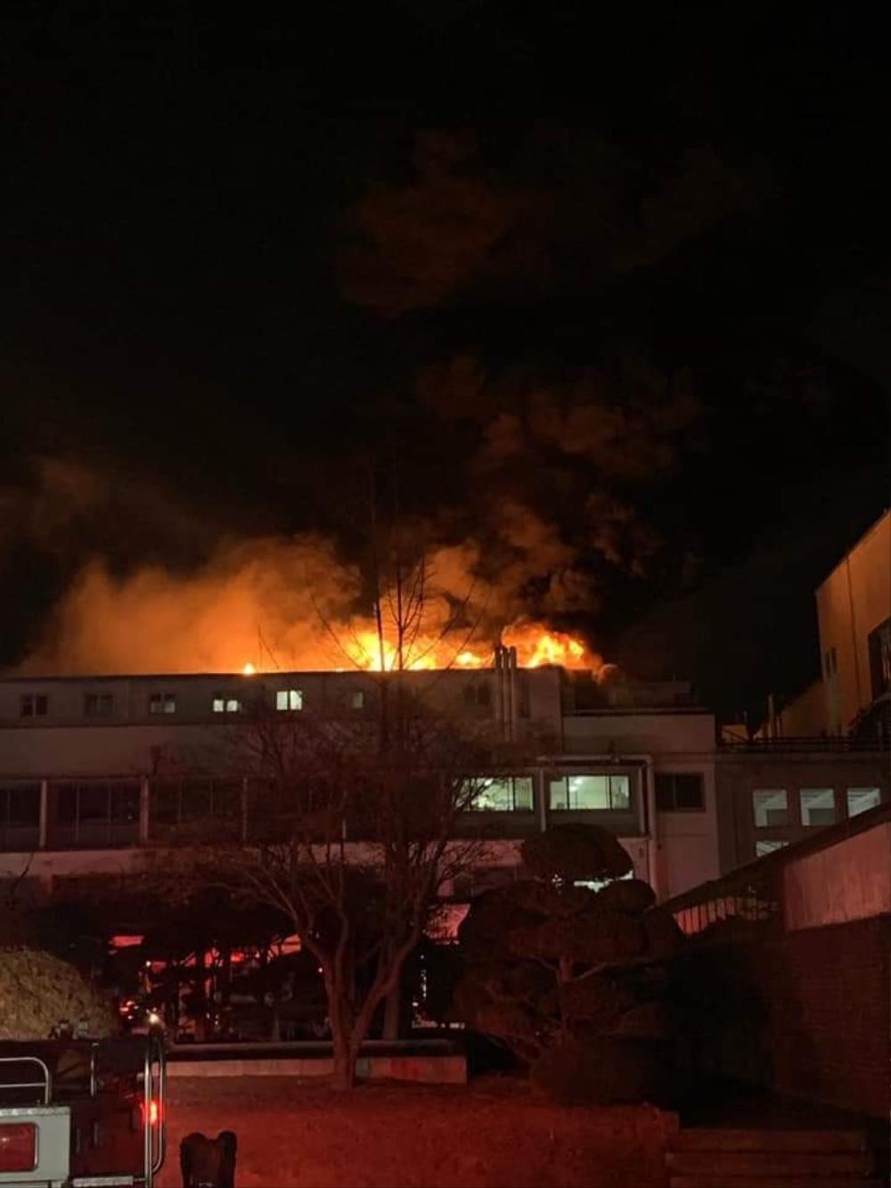 Trường Đại học Hàn Quốc cháy lớn ngay đêm Giao thừa 2021: Hơn 70 lính cứu hỏa đến dập lửa! Ảnh 5