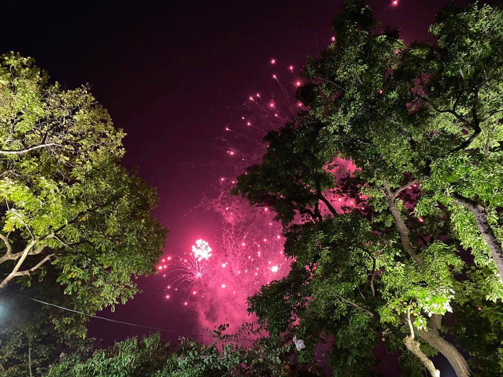 Pháo hoa mừng năm mới 2021 rực sáng trên bầu trời Hà Nội Ảnh 15