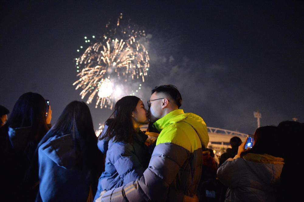 Pháo hoa mừng năm mới 2021 rực sáng trên bầu trời Hà Nội Ảnh 4