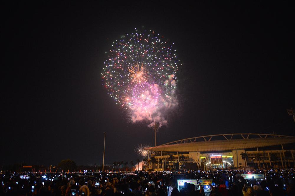 Pháo hoa mừng năm mới 2021 rực sáng trên bầu trời Hà Nội Ảnh 3