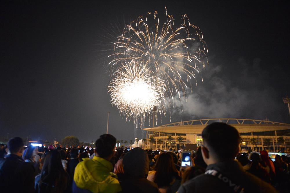 Pháo hoa mừng năm mới 2021 rực sáng trên bầu trời Hà Nội Ảnh 12