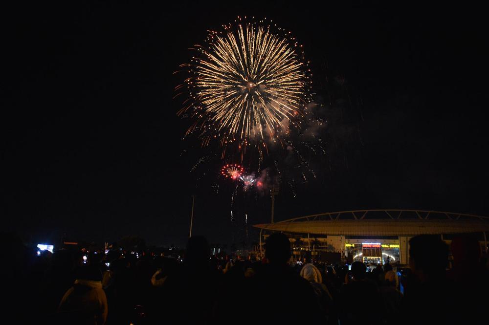Pháo hoa mừng năm mới 2021 rực sáng trên bầu trời Hà Nội Ảnh 11