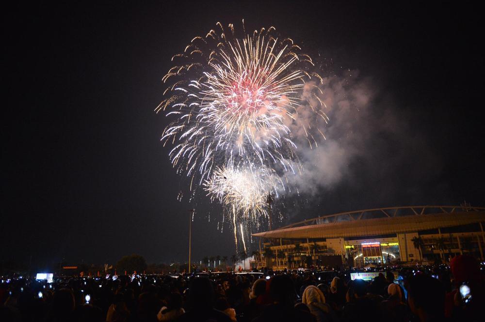 Pháo hoa mừng năm mới 2021 rực sáng trên bầu trời Hà Nội Ảnh 10