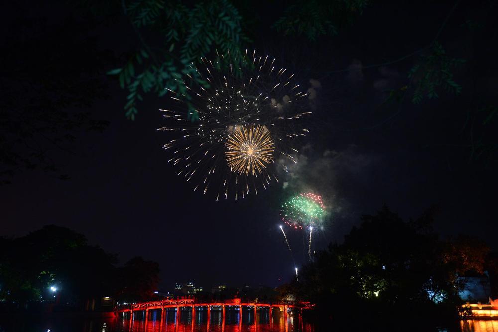 Pháo hoa mừng năm mới 2021 rực sáng trên bầu trời Hà Nội Ảnh 9