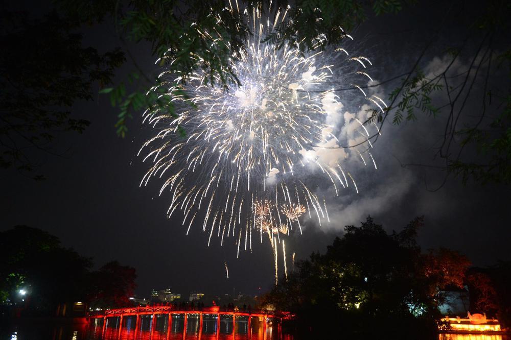 Pháo hoa mừng năm mới 2021 rực sáng trên bầu trời Hà Nội Ảnh 8