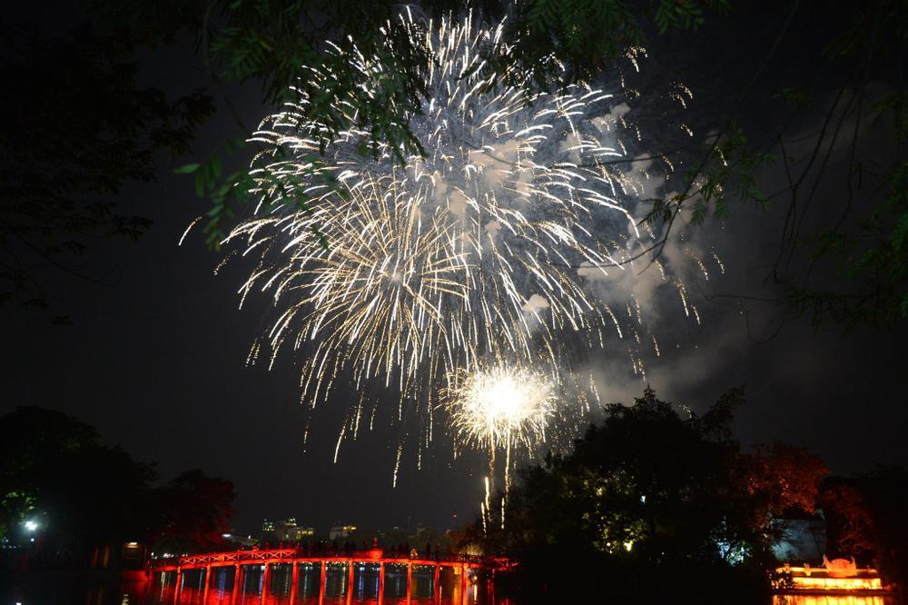 Pháo hoa mừng năm mới 2021 rực sáng trên bầu trời Hà Nội Ảnh 7
