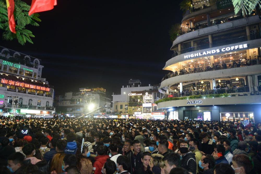 Pháo hoa mừng năm mới 2021 rực sáng trên bầu trời Hà Nội Ảnh 1