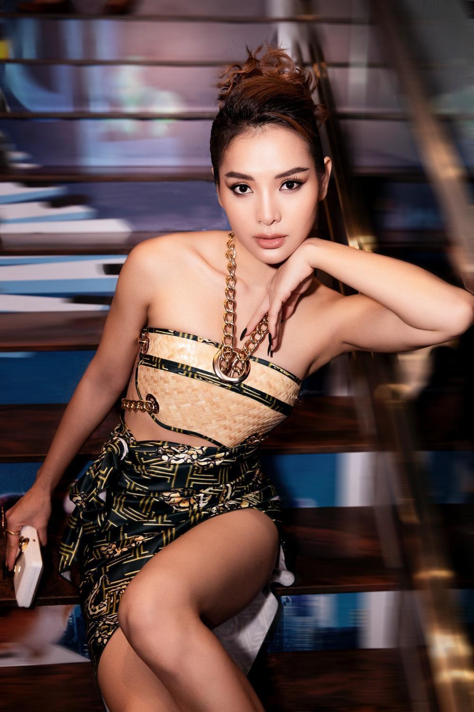 Phương Trinh Jolie hóa 'nữ thần rắn', quyến rũ hết nấc cùng áo không chút vải Ảnh 2