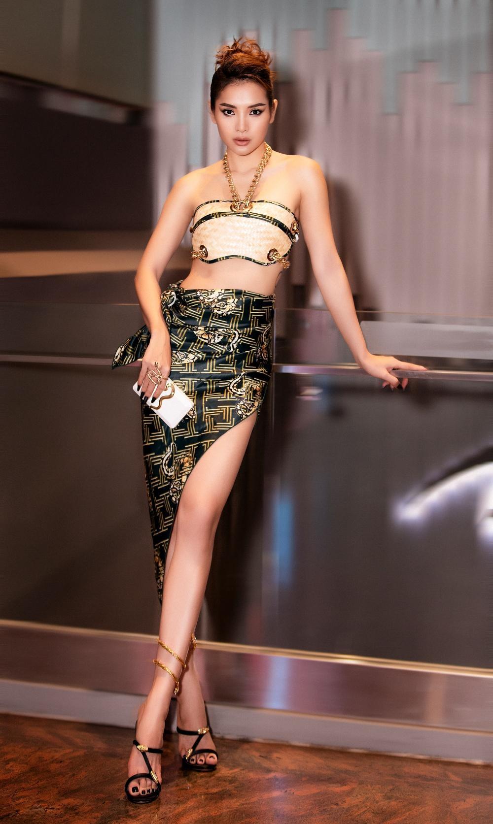 Phương Trinh Jolie hóa 'nữ thần rắn', quyến rũ hết nấc cùng áo không chút vải Ảnh 5