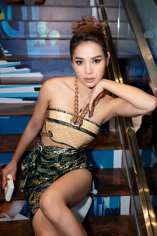 Phương Trinh Jolie hóa 'nữ thần rắn', quyến rũ hết nấc cùng áo không chút vải Ảnh 8