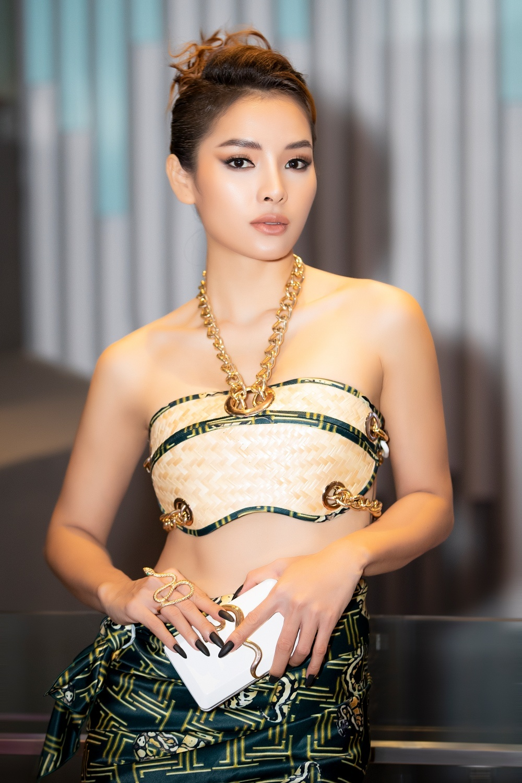 Phương Trinh Jolie hóa 'nữ thần rắn', quyến rũ hết nấc cùng áo không chút vải Ảnh 10