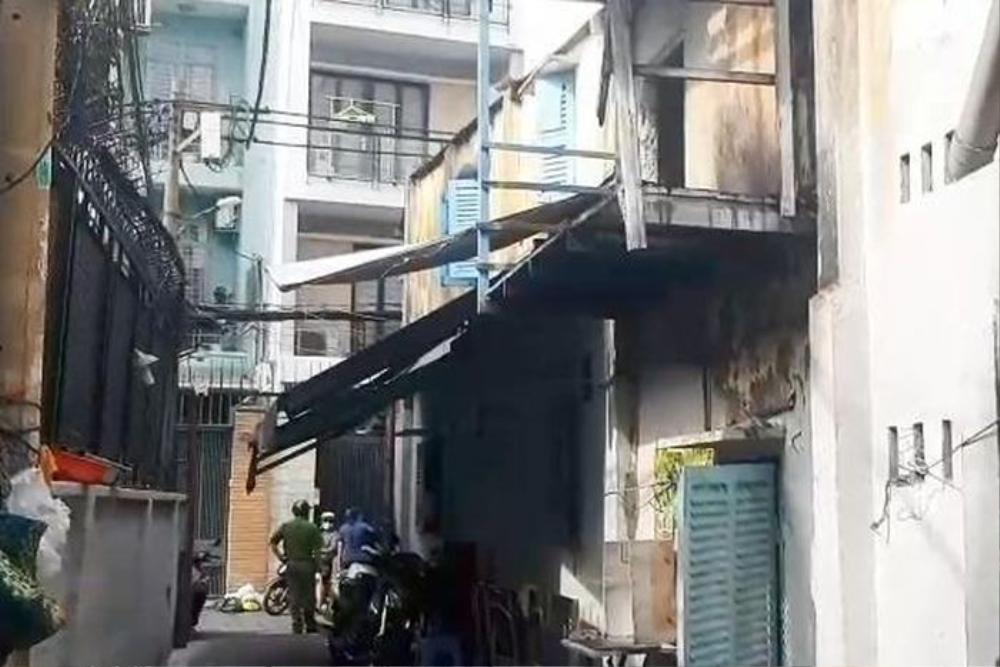 Giải cứu 2 người bị mắc kẹt trong căn nhà bốc cháy dữ dội ở TP.HCM Ảnh 1