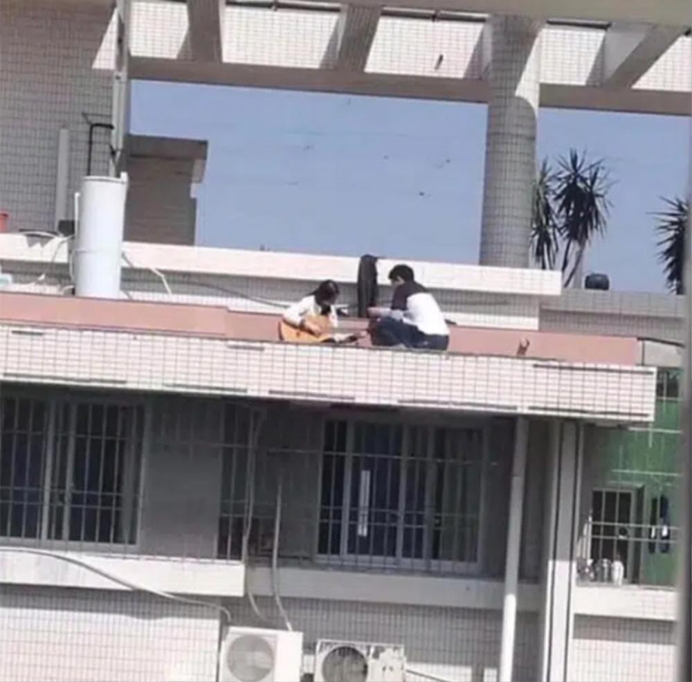 Diễn 'cảnh nóng' ngay trên sân thượng, cặp đôi khiến cộng đồng mạng nhức mắt Ảnh 1